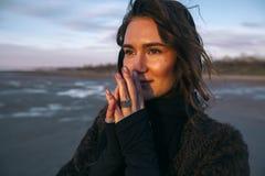 Plenerowa portret dziewczyna w żakiecie chodzi na jeziorze, dziewczyna w szaliku Obrazy Royalty Free