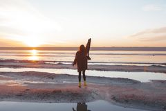 Plenerowa portret dziewczyna w żakiecie chodzi na jeziorze, dziewczyna w szaliku Zdjęcia Stock