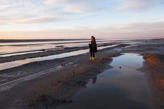 Plenerowa portret dziewczyna w żakiecie chodzi na jeziorze, dziewczyna w szaliku Zdjęcie Royalty Free