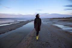 Plenerowa portret dziewczyna w żakiecie chodzi na jeziorze, dziewczyna w szaliku Fotografia Stock