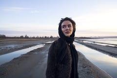 Plenerowa portret dziewczyna w żakiecie chodzi na jeziorze, dziewczyna w szaliku Obraz Stock