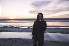 Plenerowa portret dziewczyna w żakiecie chodzi na jeziorze, dziewczyna w szaliku Zdjęcia Royalty Free