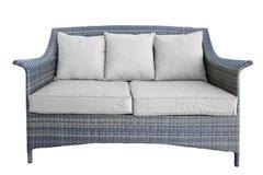 Plenerowa Rattan leżanka Z Dwa Seat I poduszki, biel Odizolowywający Zdjęcie Stock