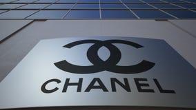 Plenerowa signage deska z Chanel logem zbudować nowoczesnego urzędu Redakcyjny 3D rendering Zdjęcie Royalty Free