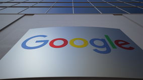 Plenerowa signage deska z Google logem zbudować nowoczesnego urzędu Redakcyjny 3D rendering Obrazy Stock