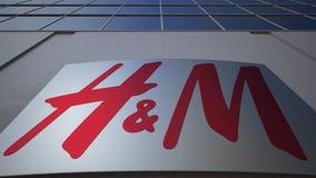 Plenerowa signage deska z H M logem zbudować nowoczesnego urzędu Redakcyjny 3D rendering Zdjęcia Stock