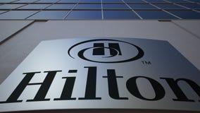 Plenerowa signage deska z Hilton Hotels Ucieka się loga zbudować nowoczesnego urzędu Redakcyjny 3D rendering Obrazy Stock