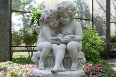 Plenerowa statua Little Boy i dziewczyna Czyta książkę fotografia stock