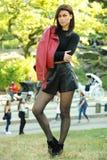 Plenerowa styl życia mody fotografia młoda elegancka kobieta Fotografia Stock