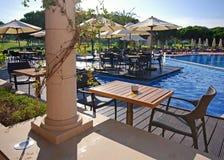 Plenerowego cukiernianego pobliskiego kurortu pływacki basen, Portugalia Zdjęcia Royalty Free