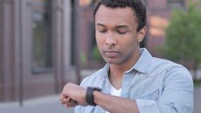 Plenerowego czekania mężczyzny dopatrywania Afrykański czas na Wristwatch zbiory