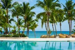 Plenerowego kurortu basenu Pływacki basen luksusowy hotel. Pływacki basen w luksusowym kurorcie blisko morza. Tropikalny raj. Pływ Zdjęcie Royalty Free