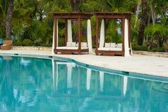 Plenerowego kurortu basenu Pływacki basen luksusowy hotel. Pływacki basen w luksusowym kurorcie blisko morza. Tropikalny raj. Pływ Fotografia Royalty Free