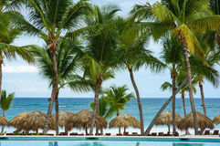 Plenerowego kurortu basenu Pływacki basen luksusowy hotel. Pływacki basen w luksusowym kurorcie blisko morza. Tropikalny raj. Pływ Obrazy Royalty Free