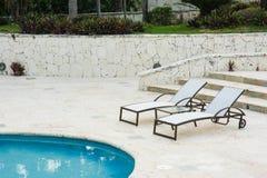 Plenerowego kurortu basenu Pływacki basen luksusowy hotel. Pływacki basen w luksusowym kurorcie blisko morza. Tropikalny raj. Pływ Obraz Royalty Free