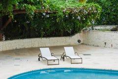 Plenerowego kurortu basenu Pływacki basen luksusowy hotel. Pływacki basen w luksusowym kurorcie blisko morza. Tropikalny raj. Pływ Zdjęcia Royalty Free