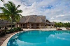 Plenerowego kurortu basenu Pływacki basen luksusowy hotel. Pływacki basen w luksusowym kurorcie blisko morza. Tropikalny raj. Pływ Fotografia Stock