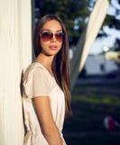 Plenerowego moda portreta splendoru zmysłowa młoda elegancka kobieta w szkłach, jest ubranym delikatną lato sukni stroju brunetkę Obraz Royalty Free