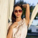 Plenerowego moda portreta splendoru zmysłowa młoda elegancka kobieta w szkłach, jest ubranym delikatną lato sukni stroju brunetkę Obrazy Royalty Free