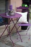 Plenerowego purpurowego metalu mały stół i krzesło zdjęcia royalty free