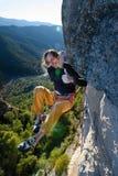 Plenerowego sporta aktywność Szczęśliwy rockowy arywista unosi się wymagającą falezę Krańcowy sporta pięcie obrazy royalty free