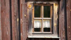Plenerowego widoku Wygodny Piękny okno z zasłoną w Wiejskim Drewnianym domu na wsi zbiory wideo