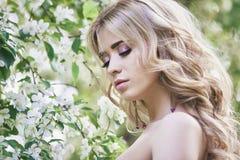 Plenerowej mody piękna młoda kobieta otaczająca bzem kwitnie lato Wiosny okwitnięcia lily krzak Portret dziewczyna blondyn Zdjęcie Stock