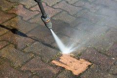 Plenerowej podłogi ogrodowy czyścić z wysokość naciska wodnym strumieniem obraz royalty free