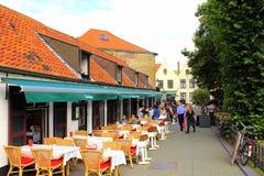 Plenerowi brasseries sadza starego grodzkiego ulicznego Bruges Obrazy Royalty Free