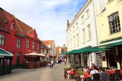 Plenerowi brasseries sadza starego grodzkiego ulicznego Bruges Fotografia Stock