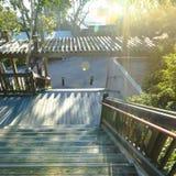 Plenerowi schodki z pergolą na słonecznym dniu obraz royalty free