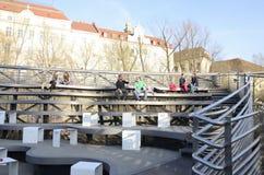 Plenerowi siedzenia przy Murinsel zdjęcie stock