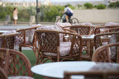 Plenerowi stoły przygotowywający usługiwać klientów na zewnątrz kawiarni lub restauraci Fotografia Royalty Free