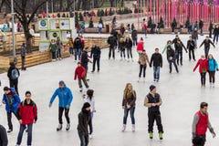 Plenerowy łyżwiarski lodowisko przy Gorky parkiem (Moskwa) zdjęcia stock
