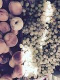 Plenerowy średniorolny ` s rynek jest zalany w świetle słonecznym, winogronach i brzoskwiniach surowych, organicznie, zdjęcie royalty free