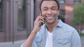 Plenerowy Afrykański mężczyzna Opowiada na telefonie zbiory wideo