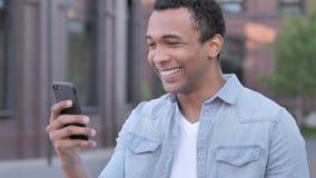 Plenerowy Afrykański mężczyzna Z podnieceniem dla sukcesu na telefonie zbiory wideo