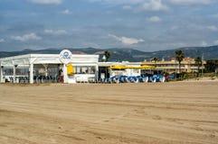 Plenerowy bar na plaży Castelldefels zdjęcia stock