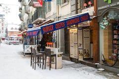 Plenerowy bar w Chamonix miasteczku w Francuskich Alps Zdjęcia Stock