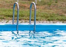 Plenerowy basen z błękitne wody Zdjęcia Royalty Free