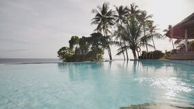 Plenerowy basen z drzewkami palmowymi oceanem egzota wakacje Filipiny zbiory wideo
