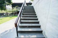 Plenerowy betonowy schody łączył hotelowy meeti obrazy stock