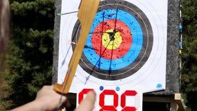 Plenerowy cel dla strzelać z łękiem i strzała, dla łuczniczych strzała na letnim dniu w parku, Łuczniczy cel zdjęcie wideo