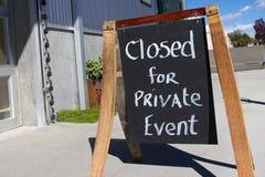 Plenerowy chalkboard znaka czytanie zamykał dla intymnego wydarzenia Zdjęcie Royalty Free