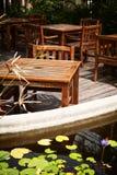 Plenerowy cukierniany patio z drewnianymi stołami i krzesłami starymi, podławymi, Zdjęcia Stock