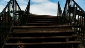 Plenerowy drewniany schody prowadzi upwards w kierunku nieba fotografia stock