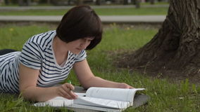 plenerowy dziewczyny studiowanie zdjęcie wideo