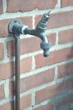 Plenerowy faucet na ściana z cegieł z węża elastycznego dopasowaniem dołączającym Fotografia Royalty Free