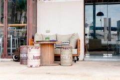 Plenerowy gościa restauracji stół przy małą restauracją Obrazy Stock