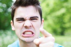 Plenerowy Kierowniczy I ramiona portret Gniewny młody człowiek obraz royalty free